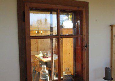 Altes Fenster in eine Trennwand eingebaut.