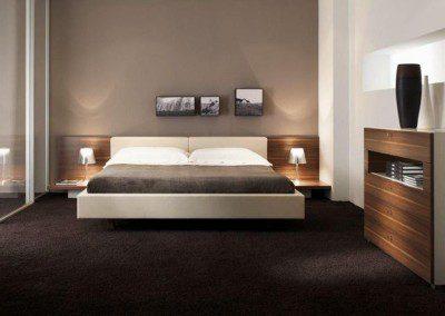 Freischwebendes Doppelbett. Bettumrandung und Kopfteil in Leder.