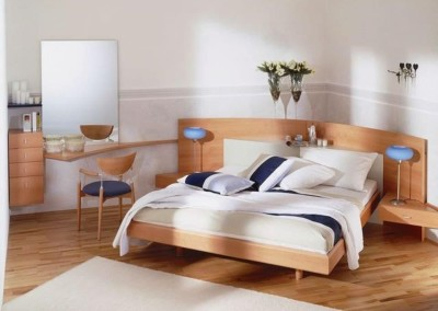 Um eine Wasserader zu umgehen wurde das Doppelbett diagonal in den Raum gestellt.