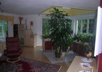 Bewegliche Blumenhochbeete im Wohnbereich.
