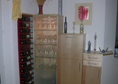 Glasvitrine: indirekt Beleuchtet mit Rotweinregal.