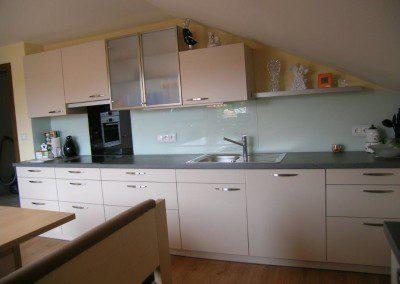 Küchenblock unter Dachschräge.