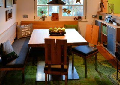 Zsammengnaht´s Designer Esszimmer Eiche massiv gebürstet stumpf matt lackiert in Kombination mit Edelstahl. Tapezierung mit Steiner Loden