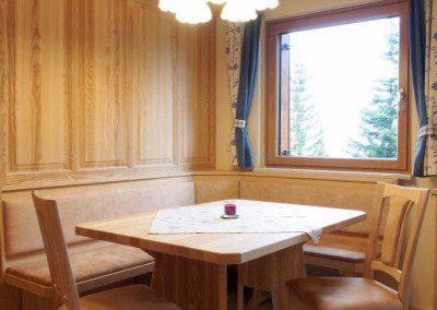 Esszimmer mit Wandverkleidung in Esche Massiv.