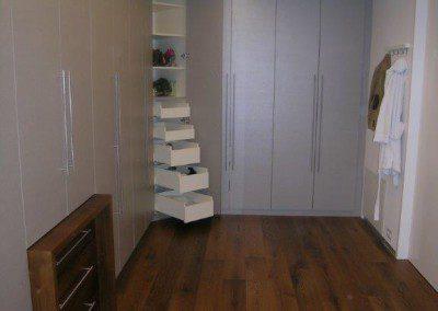 Begehbarer Schrankraum mit innenliegenden Wäscheladen.