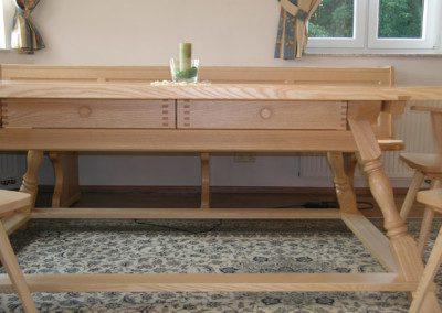 Jogltisch mit zwei Auszugsladen.