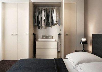 Schlafschrank mit Doppelbett und Kleiderschrank mit Ladensystem