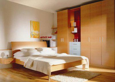 Schlafzimmer Einrichtung. Doppelbett und Wandschrank