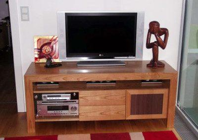 TV Element mit integriertem Soundsystem.