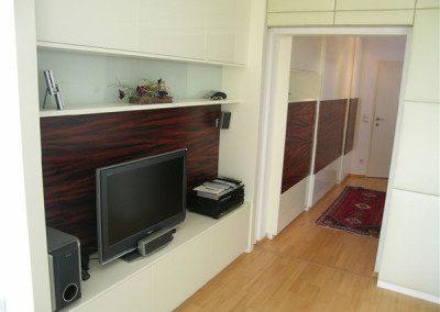 Wohnzimmerverbau mit TV und Bose Soundsystem.