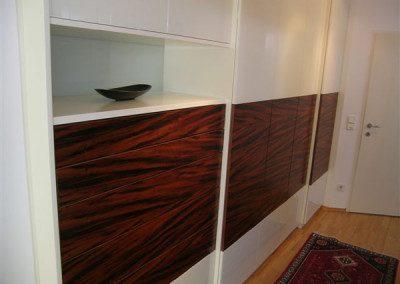 Vorzimmerschrank weiß lackiert in Kombination mit Holz