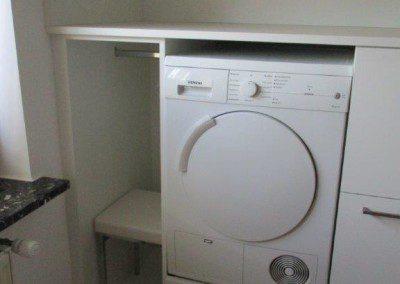Waschraum mit eingebautem Trockner