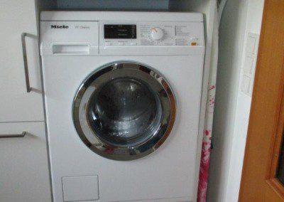 Waschraum mit Eingebauter Waschmaschiene