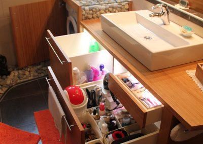 Badezimmer Einrichtung in Bambus Caramel mit eingebauter Waschmaschine und Ordnungssystem in den Auszugsladen