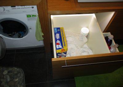 Badezimmer Einrichtung in Bambus Caramel mit eingebauter Waschmaschine