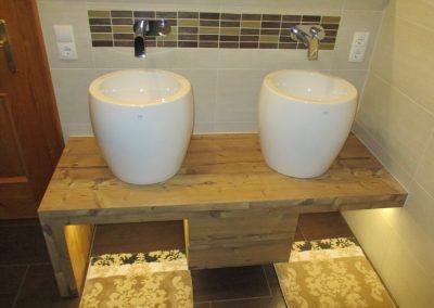 Badezimmermöbel mit indirekter Beleuchtung.