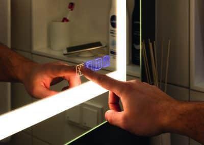 Highlight im Badezimmer, multifunktioneller Badezimmerspiegel mit Hintergrundbeleuchtung, Spiegelheizung und Sound-System Blouetooth.