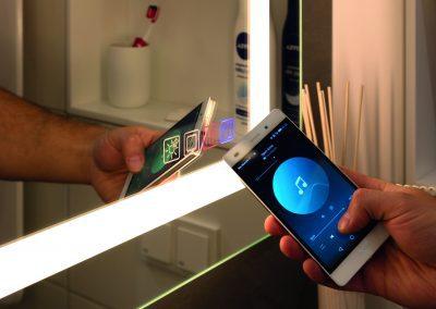 Multifunktioneller Badezimmerspiegel mit Stimmmungslicht, Spiegelheizung gegen Beschlagen und Soundsystem in einem Produkt.