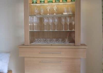 Moderne Kredenz mit Glasvitrine in Eiche massiv.