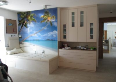 Wandschoner mit persönlichem Motiv und Leder-Auflage für die Badewanne im Wellnessbereich.