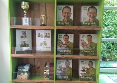 Schaukasten im BACKPROFI Shop von Christian Ofner, für seine Bücher und Auszeichnungen.