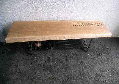 Vernähtes Holz bei einer Sitzbank verarbeitet.