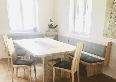Eckbank mit drei Stühlen, Esstisch mit Steinplatte